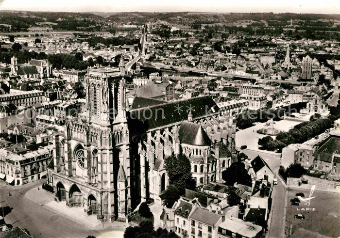 AK / Ansichtskarte Soissons Aisne Cathedrale vue aerienne Kat. Soissons