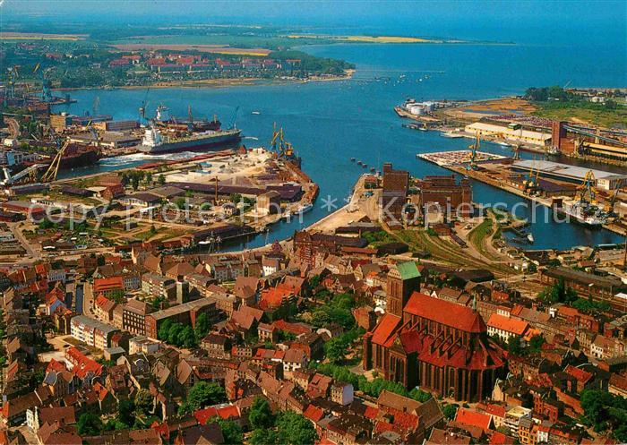 AK / Ansichtskarte Wismar Mecklenburg Fliegeraufnahme Altstadt Nikolaikirche Hafen