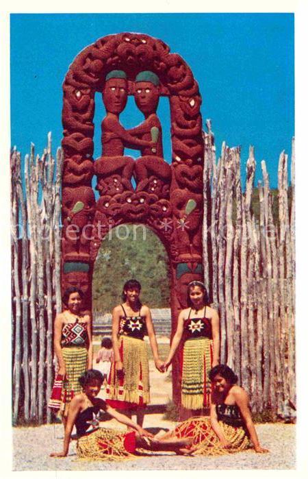 AK / Ansichtskarte Rotorua Frauen Tracht Kat. Rotorua