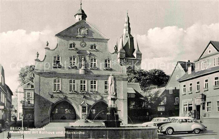 AK / Ansichtskarte Brilon Marktplatz mit Rathaus und Pfarrkirche Brunnen Kat. Brilon