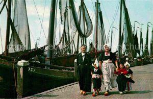 AK / Ansichtskarte Volendam Fischerfamilie Fischkutter Kat. Niederlande