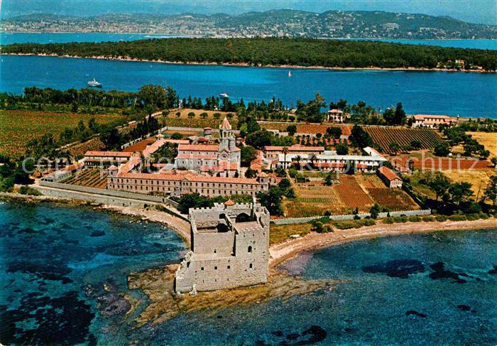 AK / Ansichtskarte Ile Saint Honorat Alpes Maritimes Au premier plan l ancien Monastere fortifie Vue aerienne