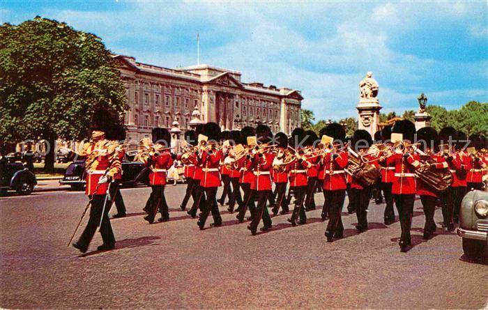 AK / Ansichtskarte Leibgarde Wache Guards Band Buckingham Palace London  Kat. Polizei