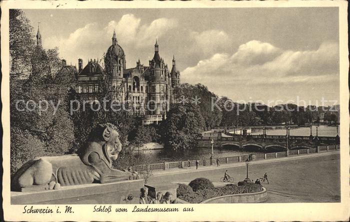 AK / Ansichtskarte Schwerin Mecklenburg Schloss Blick vom Landesmuseum aus Loewenskulptur Kat. Schwerin