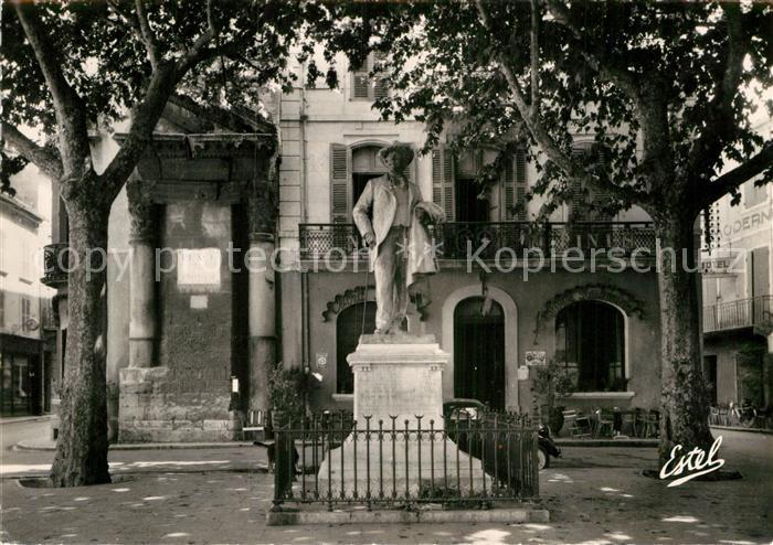 AK / Ansichtskarte Arles Bouches du Rhone La Place du Forum et la Statue de Frederic Mistral Kat. Arles
