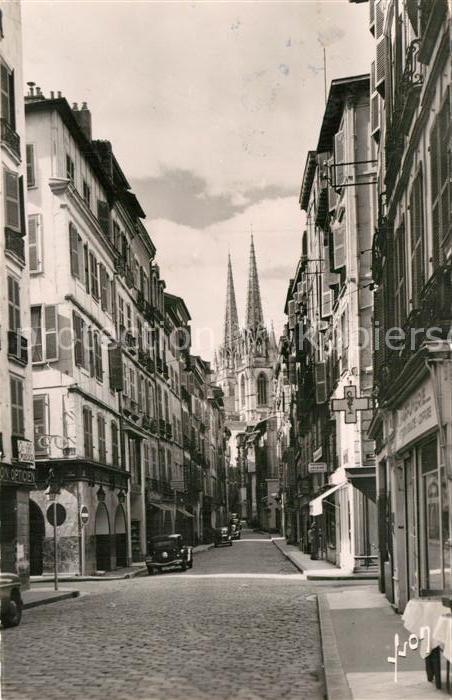 AK / Ansichtskarte Bayonne Pyrenees Atlantiques Rue du Port Neuf et la Cathedrale Kat. Bayonne