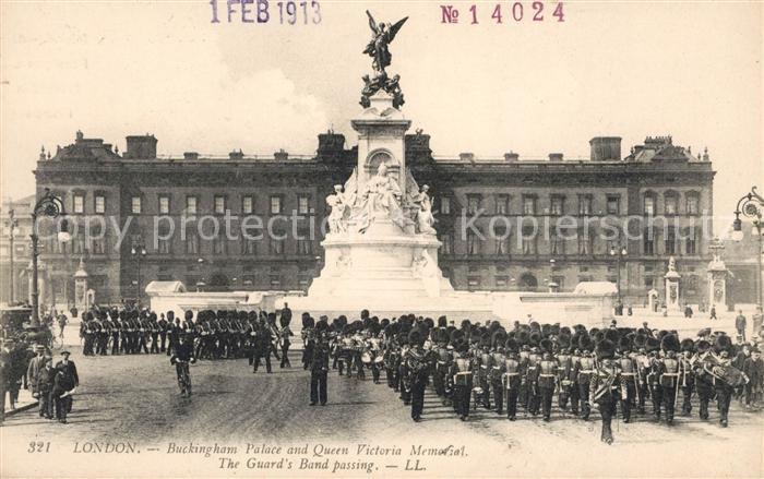 AK / Ansichtskarte London Buckingham Palace Queen Victoria Memorial Royal Guards Band passing Kat. City of London
