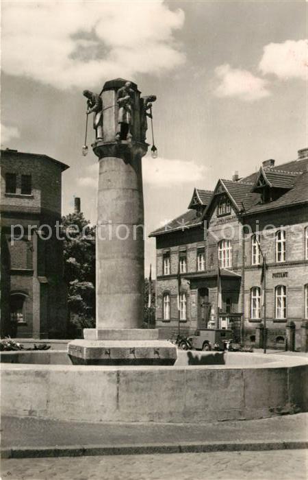 AK / Ansichtskarte Weisswasser Oberlausitz Glasmacherbrunnen mit Postamt Kat. Weisswasser
