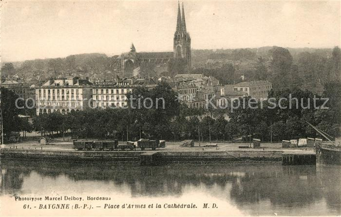 AK / Ansichtskarte Bayonne Pyrenees Atlantiques Place d'Armes et la Cathedrale Kat. Bayonne