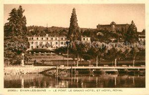 AK / Ansichtskarte Evian les Bains Haute Savoie Le Port Grand Hotel et Hotel Royal Kat. Evian les Bains