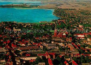 AK / Ansichtskarte Roskilde Luftfoto af bykernen med Domkirken og Vikingeskibshallen Kat. Roskilde