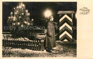 AK / Ansichtskarte Militaria Weihnachten Silvester Wehrmacht Weihnachtsbaum Soldat auf der Wache