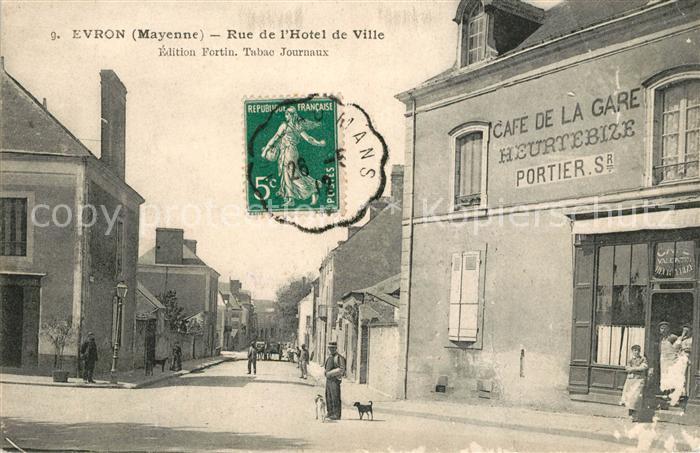 AK / Ansichtskarte Evron Rue de l Hotel de Ville Cafe de la Gare Kat. Evron