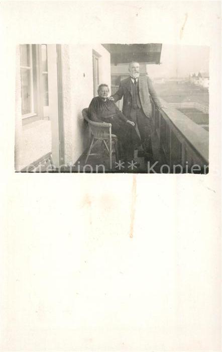 Oberstdorf Altes Paar auf dem Balkon Kat. Oberstdorf