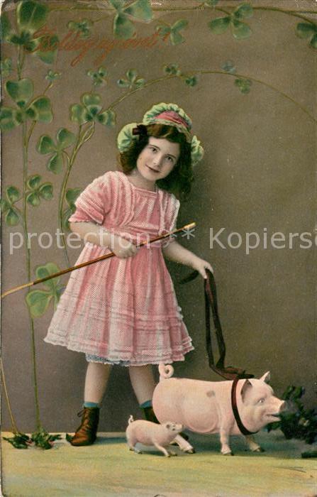 AK / Ansichtskarte Schweine Kind Maedchen Neujahr Kleeblatt  Kat. Tiere