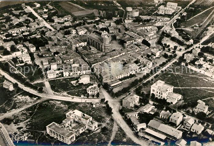 AK / Ansichtskarte Les Saintes Maries de la Mer Casino Eglise vue aerienne