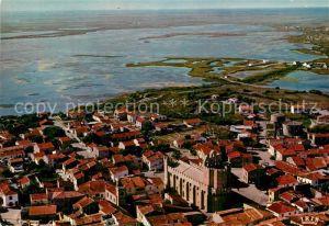 AK / Ansichtskarte Les Saintes Maries de la Mer Vue aerienne Eglise fortifiee Camargue Route des marais Collection Reflets de Provence