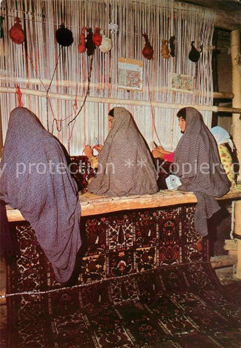 AK / Ansichtskarte Weberei Teppichknuepfen in Tschalschotor Iran  Weberei Kat. Handwerk