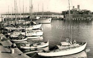 AK / Ansichtskarte Antibes_Alpes_Maritimes Le Port et la vieille ville Bateaux Antibes_Alpes_Maritimes