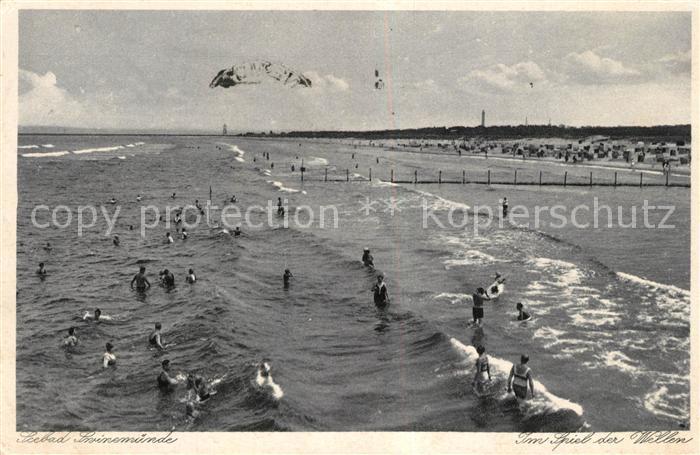 AK / Ansichtskarte Swinemuende Wellenspiel am Strand Swinemuende