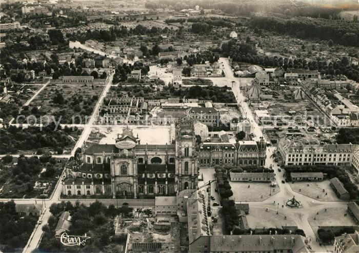 AK / Ansichtskarte Vitry le Francois Cathedrale et le Centre vue aerienne Vitry le Francois