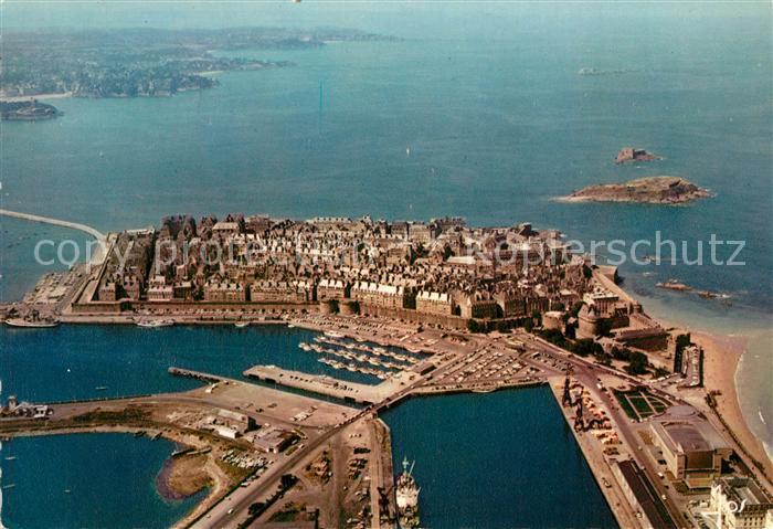 AK / Ansichtskarte Saint Malo_Ille et Vilaine_Bretagne Vue aerienne des bassins et de la ville dans les remparts Saint Malo_Ille et Vilaine
