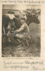 AK / Ansichtskarte Soldatenleben Soldat beim Kuh melken  Soldatenleben