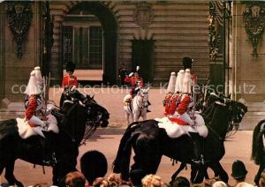AK / Ansichtskarte London Her Majesty the Queen acknowledges the salute of the Life Guards outside Buckingham Palace London
