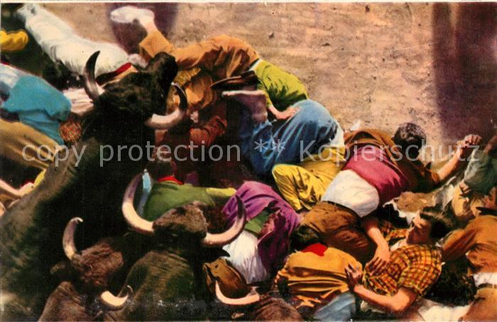 AK / Ansichtskarte Pamplona_Navarra Se ha formado el monton y los toros saltan por encima de los mozos Pamplona Navarra