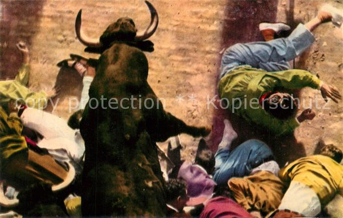 AK / Ansichtskarte Pamplona_Navarra Este toro salta por encima de los muchachos para seguir su carrera Pamplona Navarra