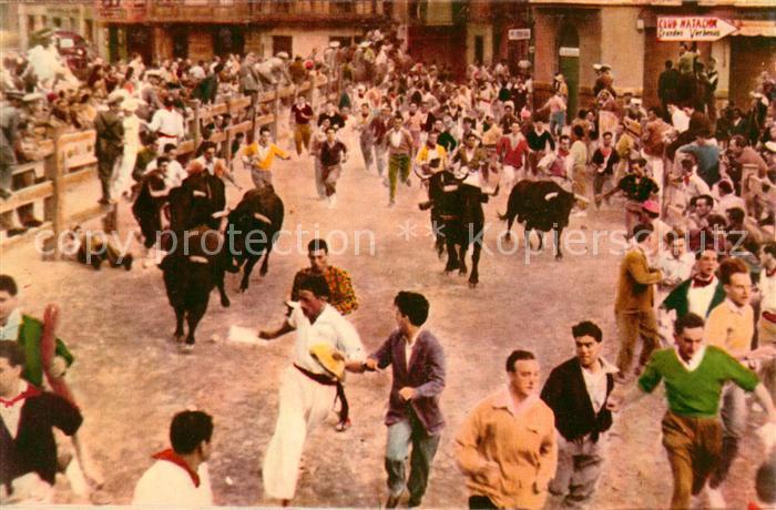 AK / Ansichtskarte Pamplona_Navarra Corriendo mozos y toros por la calle Pamplona Navarra