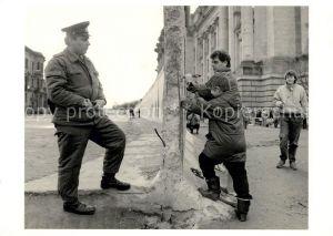 AK / Ansichtskarte Berlin Szene nach dem Mauerfall 1989 Berlin