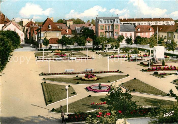 AK / Ansichtskarte Selestat_Bas_Rhin_Elsass Le Monument aux Morts et la Place de la Republique Selestat_Bas_Rhin_Elsass