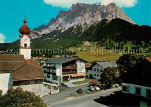 AK / Ansichtskarte Ehrwald_Tirol Dorfplatz mit Kirche und Zugspitze Ehrwald Tirol