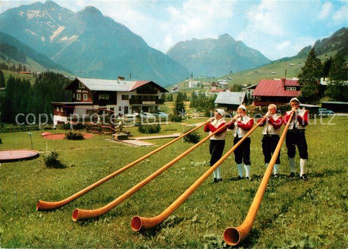 AK / Ansichtskarte Alphorn Alphornblaesergruppe Hirschegg Kleinwalsertal Alphorn