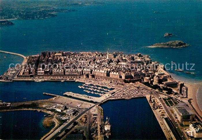 AK / Ansichtskarte Saint Malo_Ille et Vilaine_Bretagne Vue generale aerienne des bassins et de la ville dans les remparts Saint Malo_Ille et Vilaine