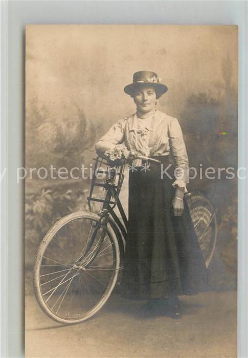 AK / Ansichtskarte Fahrrad Frau Dillingen Donau Privatfoto Ak Fahrrad