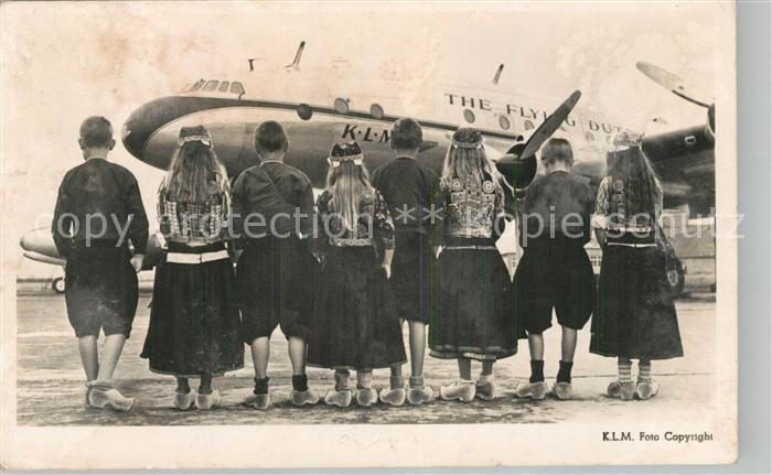 AK / Ansichtskarte Flugzeuge_Zivil KLM Lockheed Constellation Trachten Holland Kinder  Flugzeuge Zivil