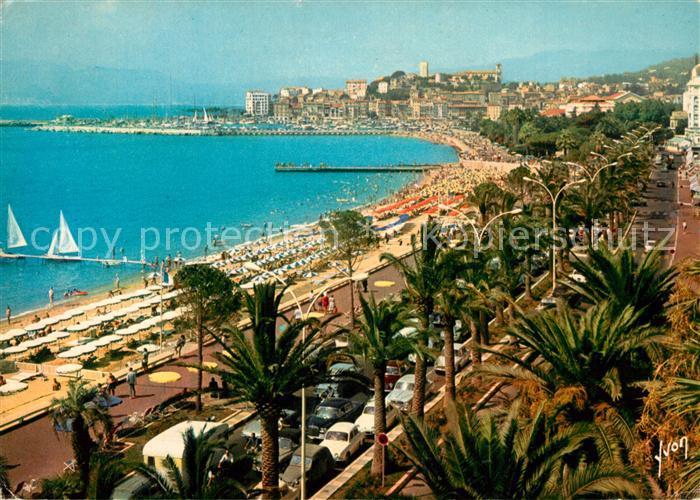 AK / Ansichtskarte Cannes_Alpes Maritimes La Croisette la Plage et au fond le Suquet Cannes Alpes Maritimes