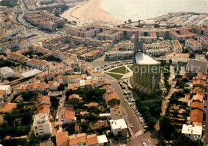 AK / Ansichtskarte Royan_Charente Maritime Eglise et la plage vues du ciel Vue aerienne Royan Charente Maritime