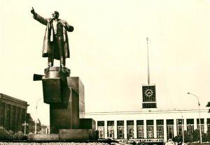 AK / Ansichtskarte Leningrad_St_Petersburg Staetten der Revolution Lenindenkmal vor dem Finnischen Bahnhof Leningrad_St_Petersburg