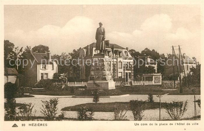 AK / Ansichtskarte Mezieres Charleville Un coin de la Place de l Hotel de Ville Monument Mezieres Charleville