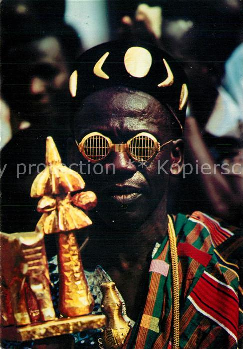 Abidjan Chef couturnier pare d attributs en or Abidjan