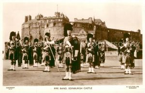 AK / Ansichtskarte Edinburgh Pipe Band Edinburgh Castle Edinburgh
