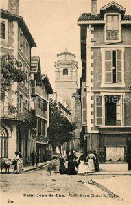 AK / Ansichtskarte Saint Jean de Luz Rue et Clocher de l`Eglise Saint Jean de Luz