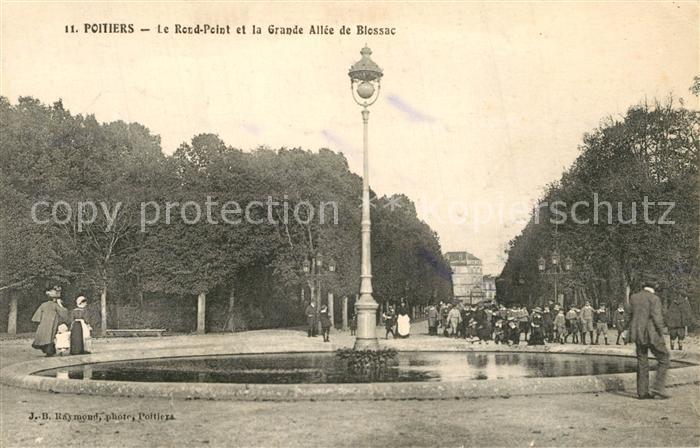 AK / Ansichtskarte Poitiers_Vienne Le Rond Point et la Grande Allee de Blossac Poitiers Vienne