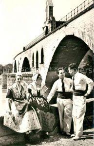 AK / Ansichtskarte Avignon_Vaucluse Groupe de jeunes gens dont les jeunes filles sont en costumes de comtadines Le Pont St Benezet Avignon Vaucluse