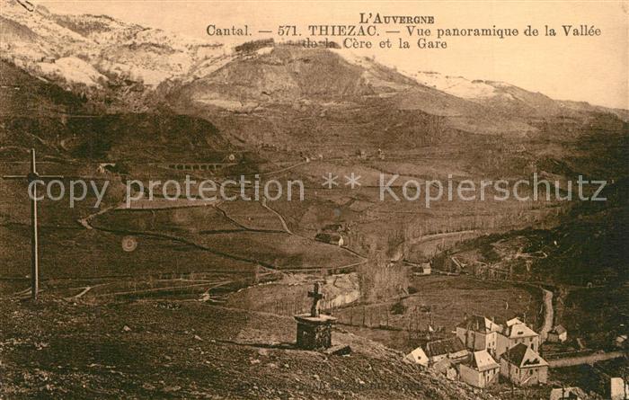 AK / Ansichtskarte Thiezac Vue panoramique de la Vallee de la Cere et la Gare Thiezac