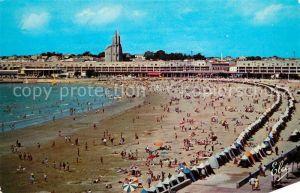AK / Ansichtskarte Royan_Charente Maritime La Plage Front de Mer Eglise vue du Family Hotel Royan Charente Maritime