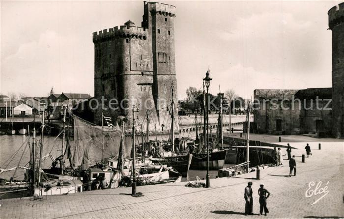 AK / Ansichtskarte La_Rochelle_Charente Maritime Un coin du port et Tour Saint Nicolas Bateaux La_Rochelle 0